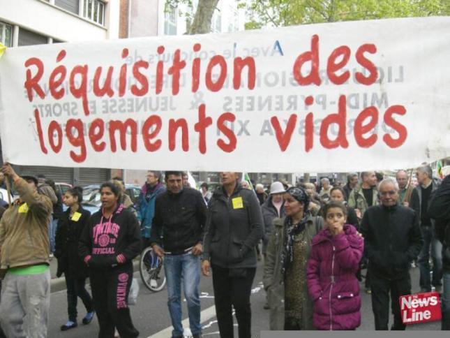 Νεολαία στη μαζική Πρωτομαγιάτικη διαδήλωση πέρυσι στην πόλη Τουλούζ. Το πανό αναφέρει «Επιτάξτε τα άδεια σπίτια».  Πηγή: http://www.wrp.org.uk/modules.php?name=gallery2&g2_itemId=10093