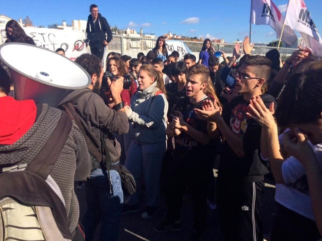 Μαθητές/τριες σήμερα στο Υπουργείο Παιδείας. Φωτό dromografos/left.gr