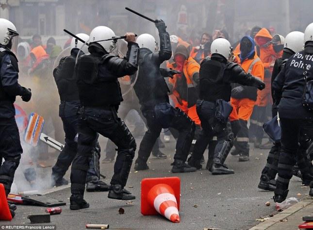 Ένοπλα ΜΑΤ της βελγικής αστυνομίας επιτίθονται στους διαδηλωτές της μεγάλης πορείας στις Βρυξέλες, 7 Νοέμβρη 2014. Φωτο Reuters Francois Lenoir.
