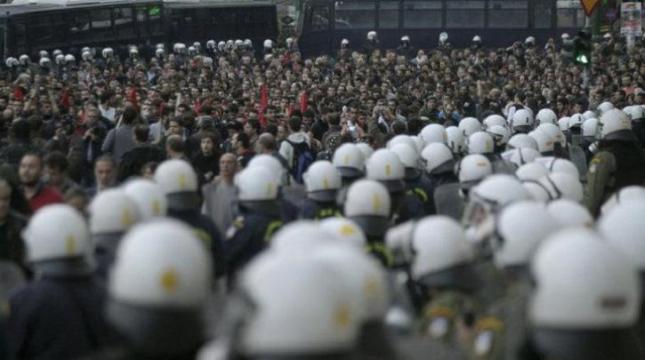 Παλτεία Συντάγματος: ΜΑΤ αριστερά και δεξιά στη μέση η οπρεία. Φωτό από left.gr