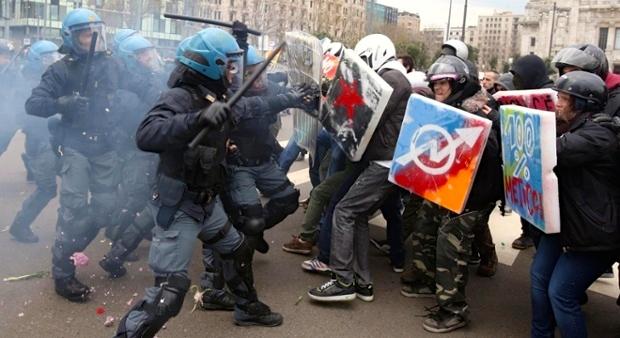 Συγκρούσεις στο Μιλάνο σήμερα καθώς οι εργαζόμενοι συμμετείχαν σε 8ωρη στάση εργασίας. Φωτό Matteo Bazzi / EPA.