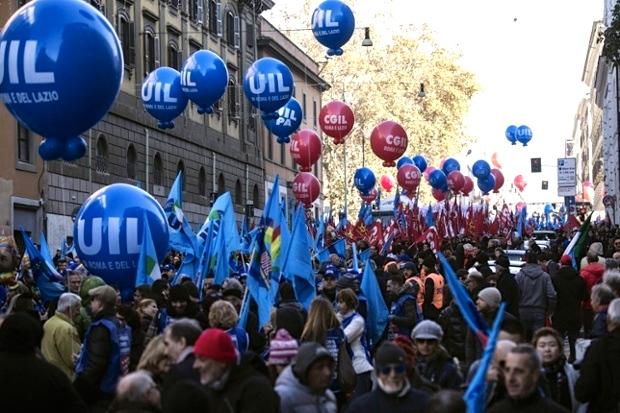Από τη σημερινή απεργιακή κινητοποίηση των εργαζομένων στη Ρώμη. Φωτό Angelo Carconi / EPA.