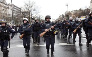 """Η γαλλική """"ΔΗΜΟΚΡΑΤΙΑ"""" του Ολάντ ΕΚΤΑΚΤΗΣ ΑΝΑΓΚΗΣ και ΔΙΑΤΑΓΜΑΤΩΝ. τρομοκρατική παρέλαση των CRS στο Παρίσι 9/1/2015."""