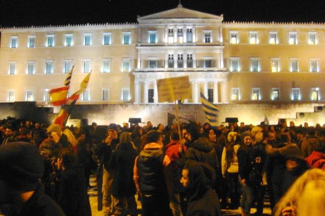 2-3 χιλιάδες εργαζόμενοι συγκεντρώθηκαν τη Δευτέρα βράδυ έξω από τη Βουλή. Φωτό ΕΑ.