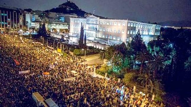 Μερική άποψη της συγκέντρωσης στο Σύνταγμα σήμερα Πέμπτη βράδυ. Φωτό Seyit Edlogan.