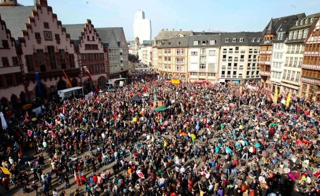 Φωτό από τη διαδήλωση εργαζομένων και νεολαίας στην Φρανκφούρτη (18/3) ενάντια στη λιτότητα στα εγκαίνια του ουρανοξύστη της ΕΤ. Φωτό Daniel Roland-AFP-Getty Images.