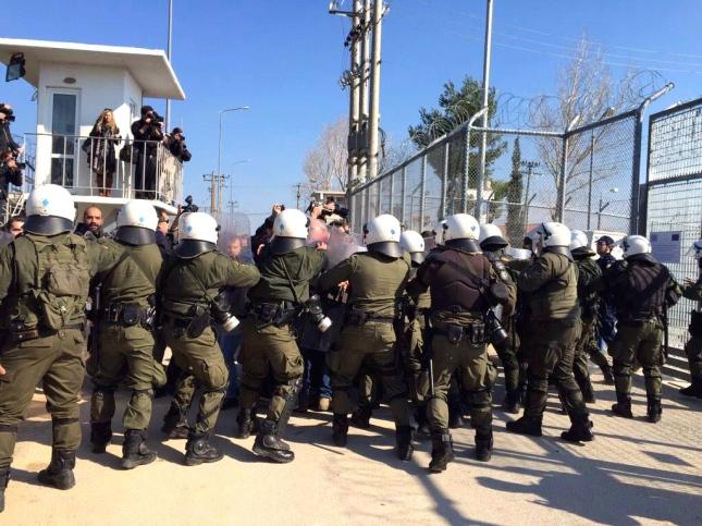 Τα ΜΑΤ του Πανούση με χημικά και γκλόμπ ενάντια στις διαδηλωτές στην Αμυγδαλέζα τον προηγούμενο μήνα.