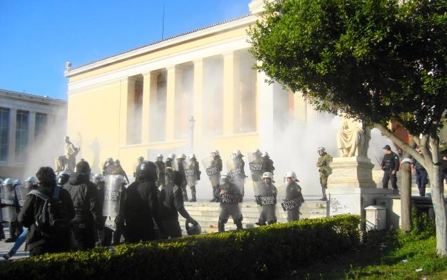 Προπύλαια Πέμπτη 6.30 μμ: Επίθεση με χημικά ΜΑΤ εναντίον διαδηλωτών. Φωτό ΕΑ.