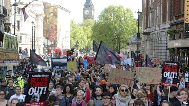 Από τη διαδήλωση ενάντια στους Τόριδες το Σάββατο απόγευμα έξω από την πρωθυπουργική κατοικία. Φωτό ΕΡΑ.