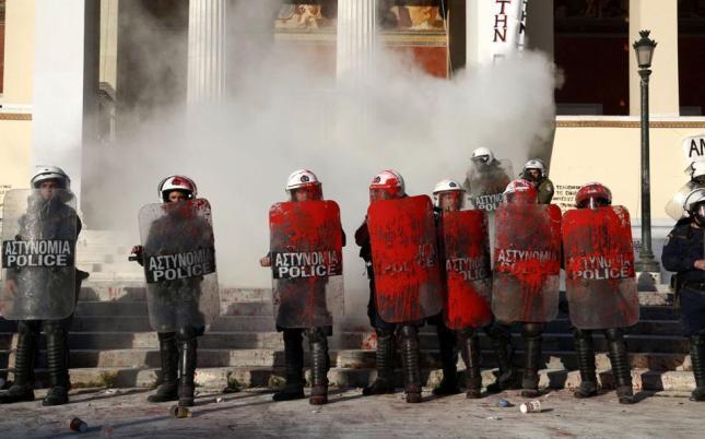 Τα ΜΑΤ των ΣΥΡΙΖΑ-Τσίπρα-Πανούση στο Πανεπιστήμιο Αθήνας. 16/4/15. Φωτό Καθημερινή.