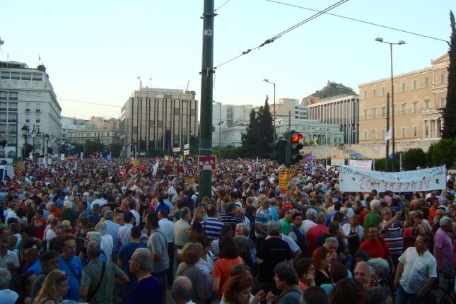 Από το συλλαλητήριο στο Σύνταγμα την Τετάρτη βράδυ ενάντια στους εκβιασμούς ΕΕ-ΔΝΤ-ΕΚΤ. Φωτό ώρα 8:45 μ.μ. ΕΑ.