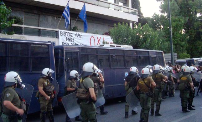 """Το πανό του """"ΟΧΙ"""" στα γραφεία της  Ευρωπαϊκής Επιτροπής στην Αθήνα την Πέμπτη το βράδυ 2/6. Φωτό ΕΑ."""