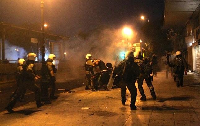 Επίθεση των ΜΑΤ σε διαδηλωτές στις 15 Ιούλη 2015. Φωτό Μάριος Λώλος.