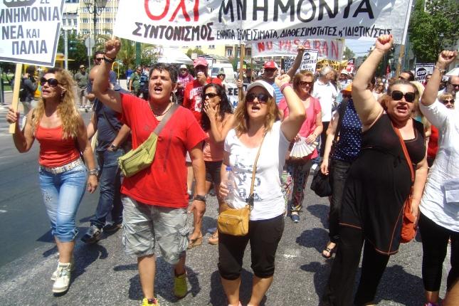 Οι αγωνιζόμενες καθαρίστριες στο δρόμο της ανατροπής. Από την πορεία της ΑΔΕΔΥ, 15/7/15 στην Αθήνα. Φωτό ΕΑ.