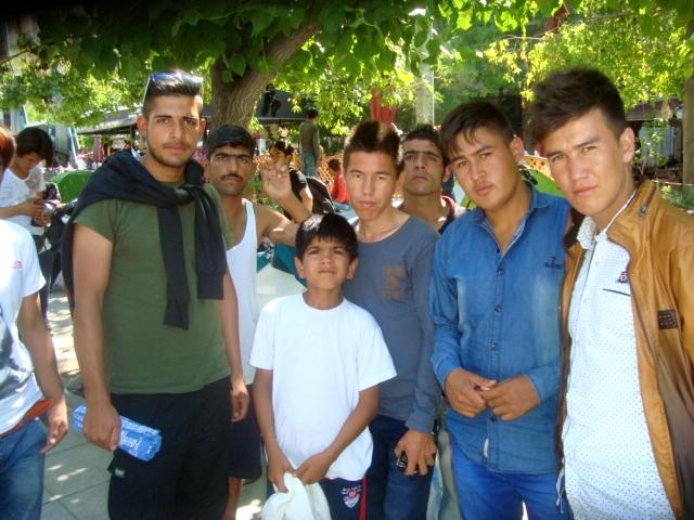 Πρόσφυγες έφηβοι στην πλατεία Βικτωρία. Φωτό ΕΑ.