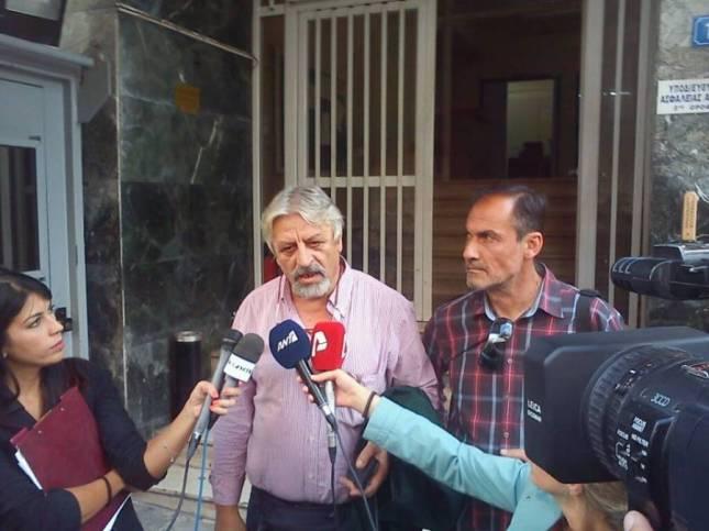 Ο Πρόεδρος ΠΟΣΠΕΡΤ Καλφαγιάννης μπροστά από το Α.Τ. Κυψέλης σήμερα το μεσημέρι. Φωτό ERTopen.com