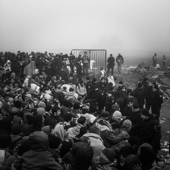 Σύνορα Σερβίας - Κροατίας 23 Οχτώβρη 2015. Εγκλωβισμένοι πρόσφυγες. Φωτό Human Rights Watch.