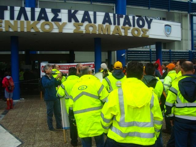 Στην είσοδο του Υπουργείο με συνθήματα κατά του ξεπουλήματος και της ανεργίας. Φωτό Ε.Α.