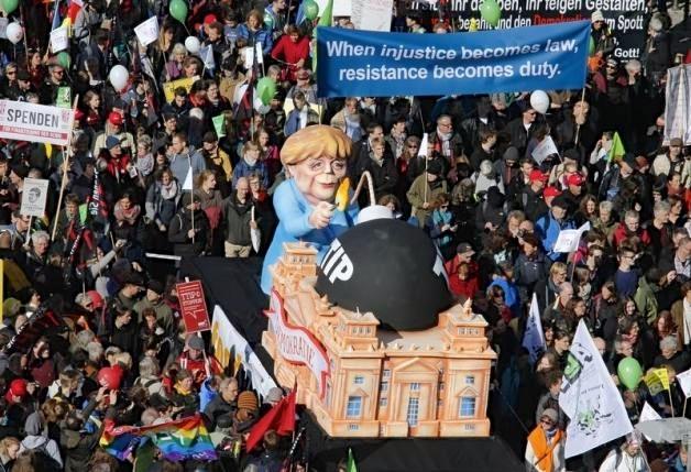 Από τη διαδήλωση 200.000 στο Βερολίνο την περασμένο Σαββάτο ενάντια στην TTIP - σχεδιαζόμενη εμπορική υπέρ-εθνική συμφωνία ΕΕ-ΕΠΑ. Φωτό Reuters - Farbrizio Bensch