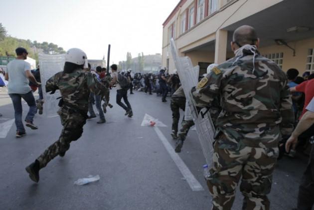 Επίθεση ΜΑΤ στους πρόσφυγες στο λιμάνι της Μυτιλήνης. Φωτό Εφημερίδα των Συντακτών.
