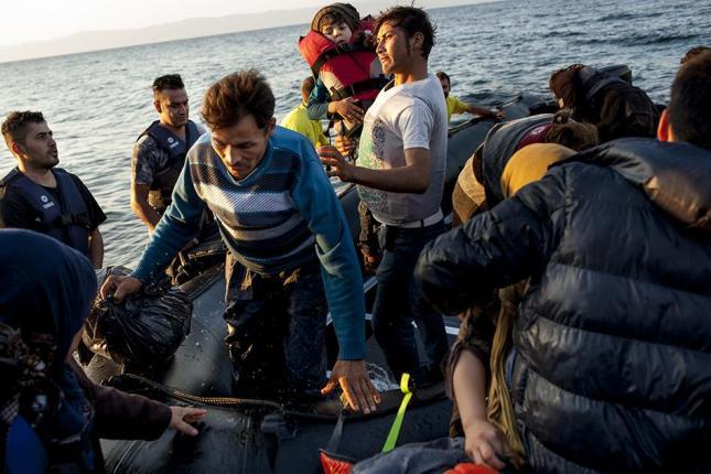 Λέσβος 9 Οχτώβρη 2015: Σύροι πρόσφυγες διασώζονται από Ισπανούς αλληλέγγυους εθελοντές. Φωτό Human Rights Watch.