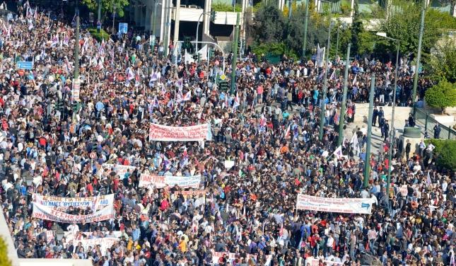 Από τη σημερινή απεργιακή συγκέντρωση του ΠΑΜΕ-ΚΚΕ στη Βουλή. Φωτό 902.gr