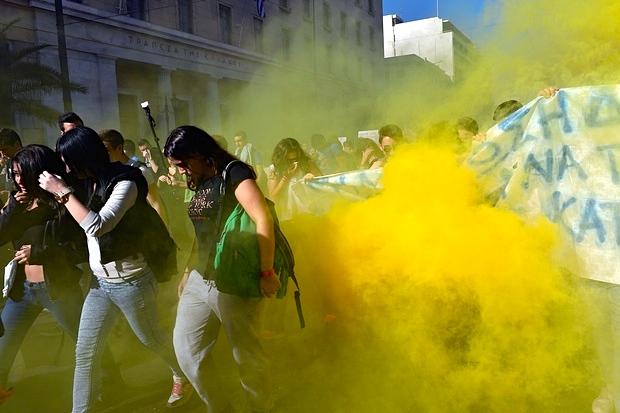 Τοξικά των ΜΑΤ ενάντια στο φοιτητικό μπλοκ. Φωτό Λουίζα Γκουλιαμάκη, The Guardian.