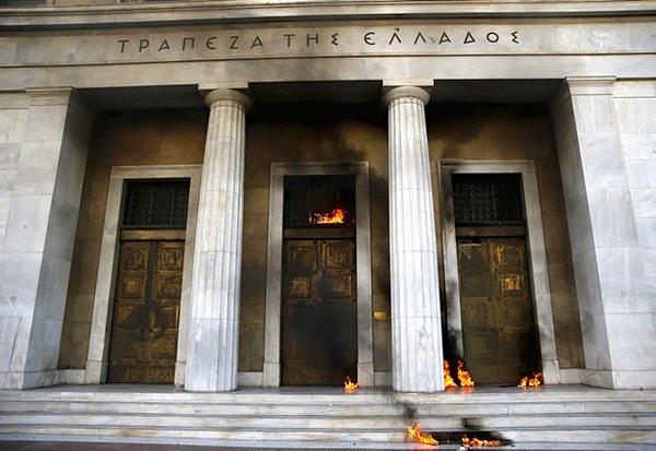 Από τη σημερινή επίθεση στην Τράπεζα της Ελλάδος (Πανεπιστημίου). Φωτό preveza-info.gr