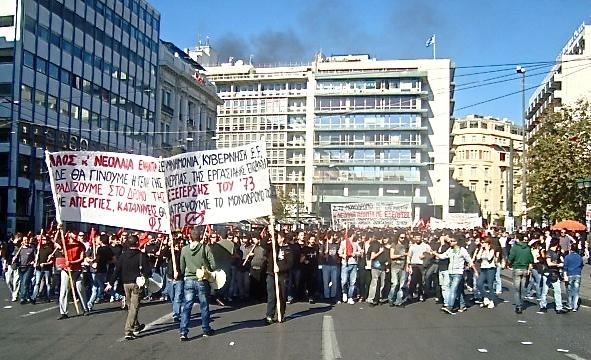Ώρα 1΅30. Το φοιτητικό μπλοκ στην πλατεία Συντάγματος και αρχίζει η επίθεση ΜΑΤ (καπνοί). Φωτό Ε.Α.