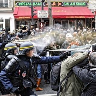 Από επίθεση των γαλλικών CRS σε διαδήλωση νεολαίας στο Παρίσι στις 29/11/2015. Φωτό Laurent Cipriani - AP.
