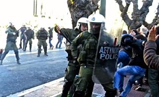 Τα ΜΑΤ στην Αθήνα ενάντια σε διαδηλωτές. Φωτό 902.gr