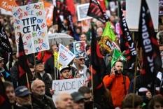 Από την πρόσφατη μαζική διαδήλωση στο Ανόβερο ενάντια στην ΤΤΙΡ και την επίσκεψη Ομάμα. Φωτό Sch