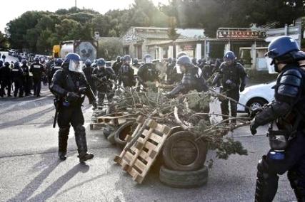 Από τι; επιχειρήσεις των CRS στη Μασσαλία. Φωτό yahoo.com
