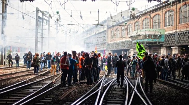 879182-blocage-st-lazare-cheminots-paris-18-05-2016-8jpg