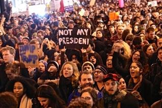 Μέρος της μαζικής διαδήλωσης την Τετάρτη το βράδυ έξω από τα κεντρικά γραφεία του Τραμπ στη Νέα Υόρκη. Φωτό Spencer Platt /Getty images