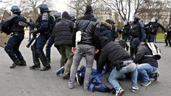 Η απάντηση της γαλλικής αστυνομίας στις διαμαρτυρίες των μαθητών. Ακόμη περισσότερη αστυνομική βία! Στη φωτό συλλήψεις μαθητών σήμερα Πέμπτη στην Πλας νέτα λα Νασιόν του Παρισιού. Φωτό Reuters.