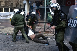 Από τα σημερiνή επίθεση των τραμπούκων ΜΑΤ ενάντια στους αγρότες στο Υπουργείο Αγροτικής Ανάπτυξης. Φωτό iefimerida.gr