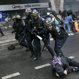 Από τις επιθέσεις των μισητών CRS (γαλικών ΜΑΤ) ενάντια σε απεργούς και διαδηλωτές την περασμένη Τρίτη στο Παρίσι. Τα συνδικάτα του δημόσιου τομέ είχαν κηρύξει απεργία ενάντια στα σχέδια του Μακρόν μαζικών απολύσεων 120.000 εργαζομένων μέχρι το 2022 και ιδιωτικοποιήσεων. Φωτό ΑΡΑ.