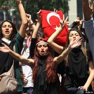 Από τις μαζικές διαδηλώσεις της νεολαίας το καλοκαίρι 2013 στην Άγκυρα ενάντια στη βία και στην καταπίεση του καθεστώτος Ερτογάν. Οι κινητοποιήσεις είχαν φτάσει σε επίπεδο εξέγερσης στις μεγάλες πόλεις. Φωτό Adem Allan. AFP.